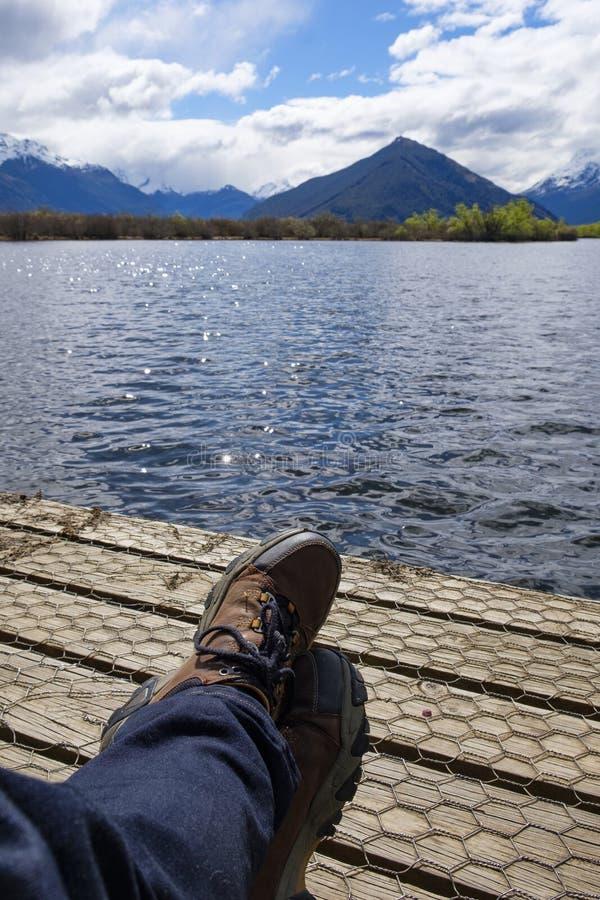 Wycieczkowicz relaksuje przy końcówką boardwalk jeziorem w Południowej wyspie, Nowa Zelandia zdjęcia royalty free