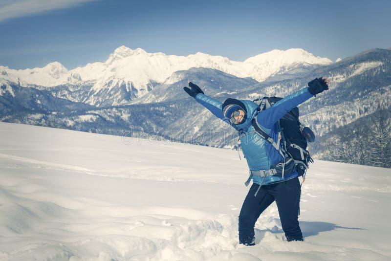 Wycieczkowicz trekking w zima krajobrazie zdjęcie stock