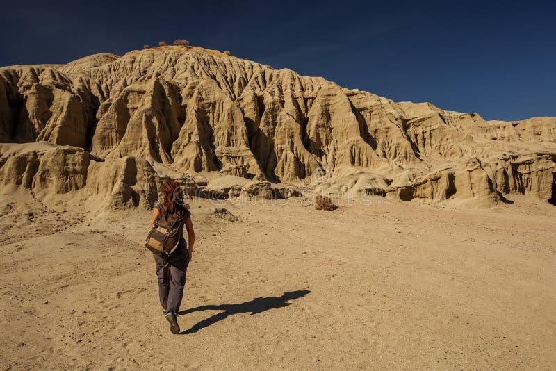 Wycieczkowicz w artysta palety punktu zwrotnego miejscu w Śmiertelnym Dolinnym parku narodowym, geologia, piasek fotografia stock