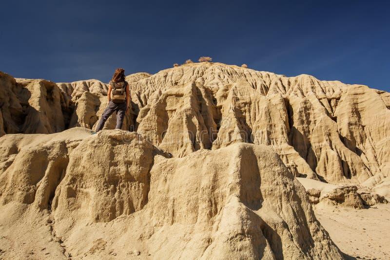 Wycieczkowicz w artysta palety punktu zwrotnego miejscu w Śmiertelnym Dolinnym parku narodowym, geologia, piasek obrazy stock