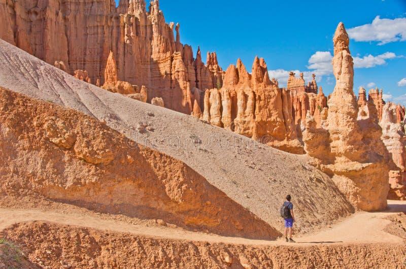 Wycieczkowicz w Bryka jaru parku narodowym, Utah, usa zdjęcie royalty free