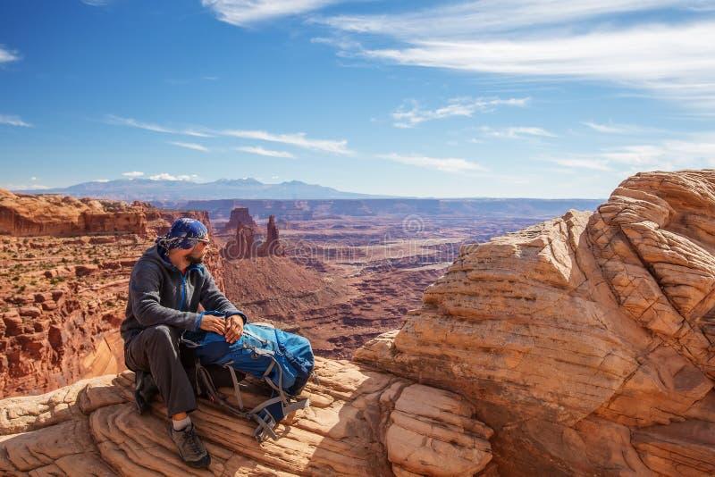 Wycieczkowicz w Canyonlands parku narodowym w Utah, usa zdjęcia royalty free
