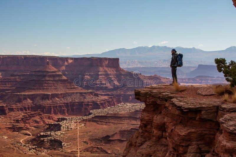 Wycieczkowicz w Canyonlands parku narodowym w Utah, usa obrazy royalty free