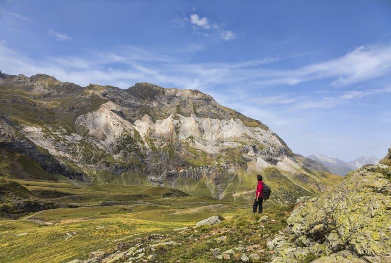 Wycieczkowicz w cyrku Troumouse, Pyrenees góry - obrazy stock