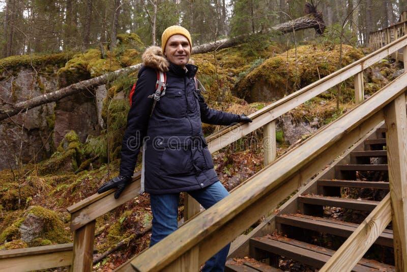 Wycieczkowicz w jesień lesie zdjęcia stock