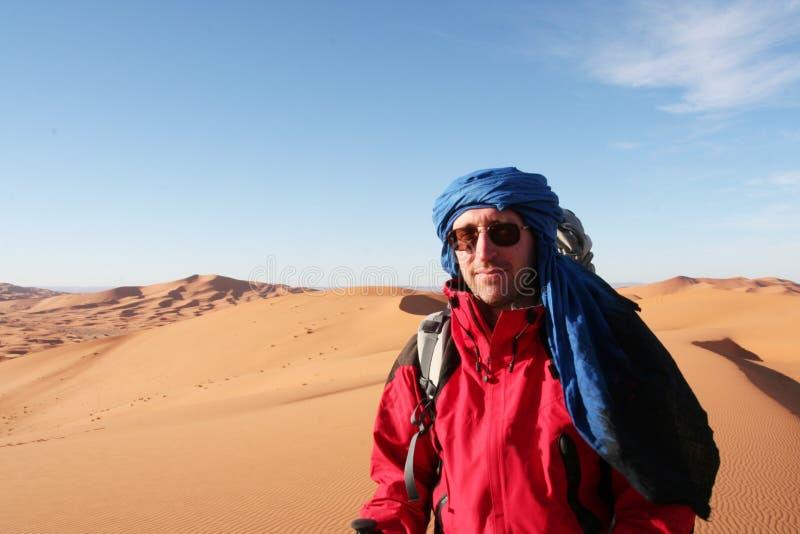 Wycieczkowicz w pustyni obrazy royalty free