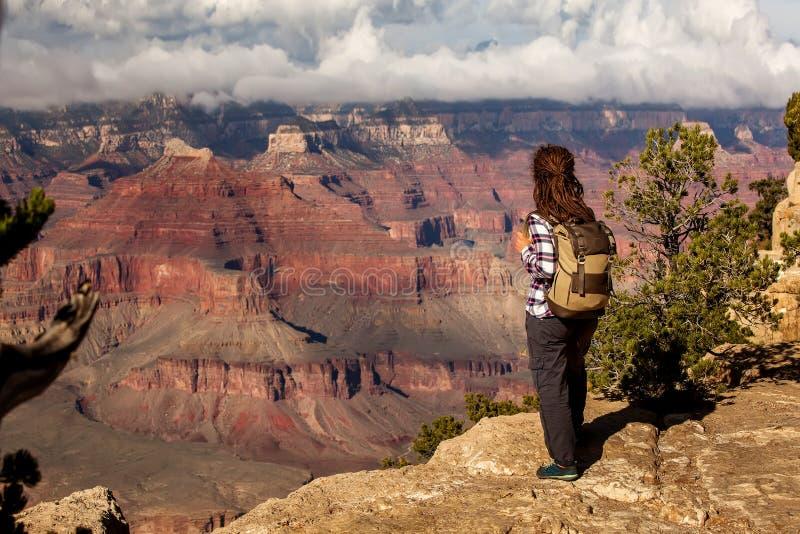 Wycieczkowicz w Uroczystego jaru parku narodowym, Po?udniowy obr?cz, Arizona, usa obraz royalty free