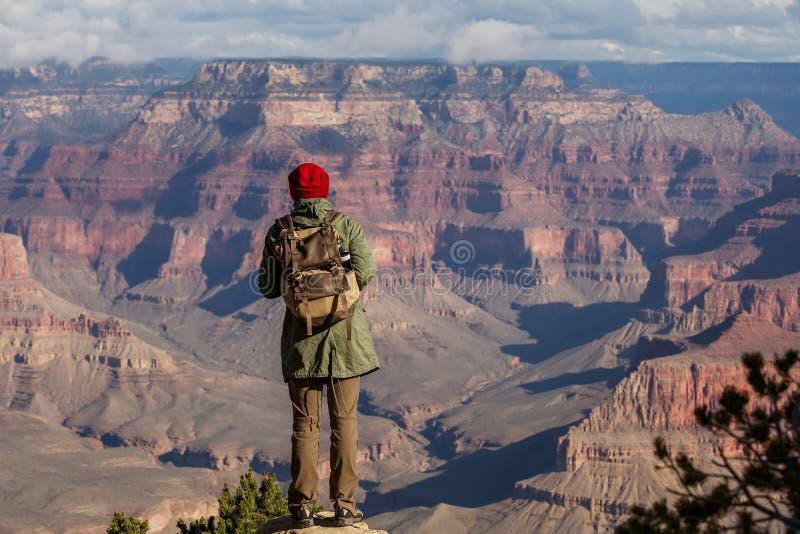 Wycieczkowicz w Uroczystego jaru parku narodowym, Po?udniowy obr?cz, Arizona, usa fotografia royalty free