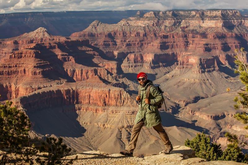 Wycieczkowicz w Uroczystego jaru parku narodowym, Po?udniowy obr?cz, Arizona, usa zdjęcia royalty free