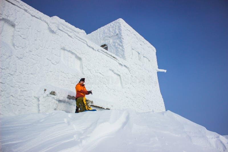 Wycieczkowicz w zim górach snowshoeing obraz royalty free