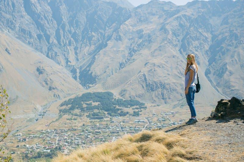 Wycieczkowicz Wycieczkuje na wierzchołku góra młodej kobiety z plecakiem, dziewczyna Zdrowy Aktywny styl życia Przygoda wewnątrz obraz stock