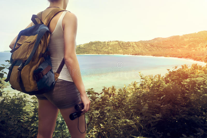 Wycieczkowicz z backpacker i lornetkami w ręce cieszy się widoku beati obraz royalty free