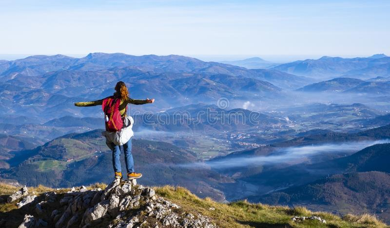 Wycieczkowicz z plecak pozycją na górze góry obrazy royalty free