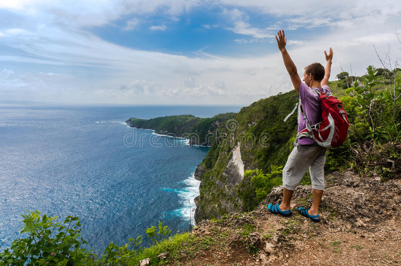 Wycieczkowicz z plecak pozycją na górze góry z nastroszonymi rękami obrazy royalty free