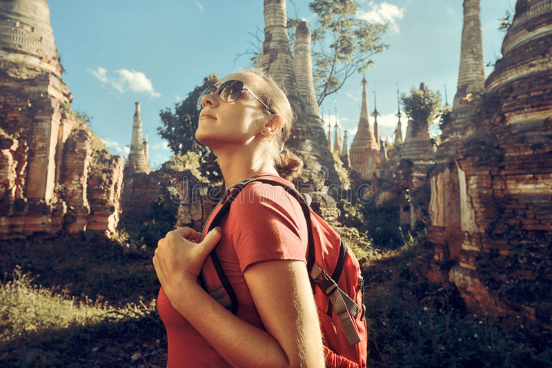 Wycieczkowicz z plecakiem i bada Buddyjskich stupas w Birma zdjęcia royalty free