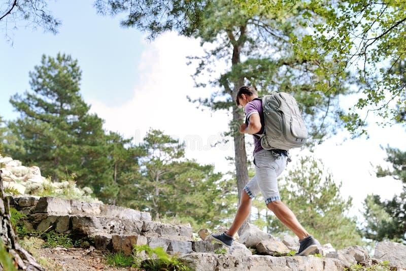 Wycieczkowicz z plecakiem robi trekking obraz royalty free