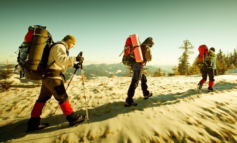 wycieczkowicza gór zima zdjęcie stock