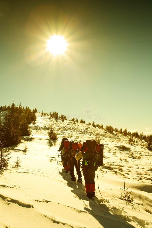 wycieczkowicza gór zima zdjęcia stock