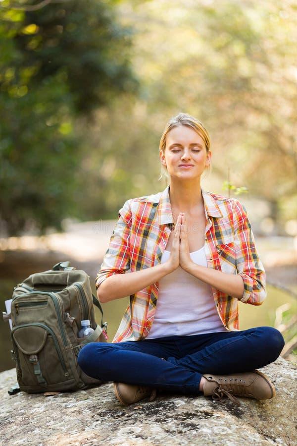 Wycieczkowicza joga medytacja zdjęcia stock