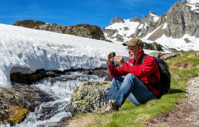 Wycieczkowicza mężczyzna bierze obrazek z akcji kamerą fotografia stock