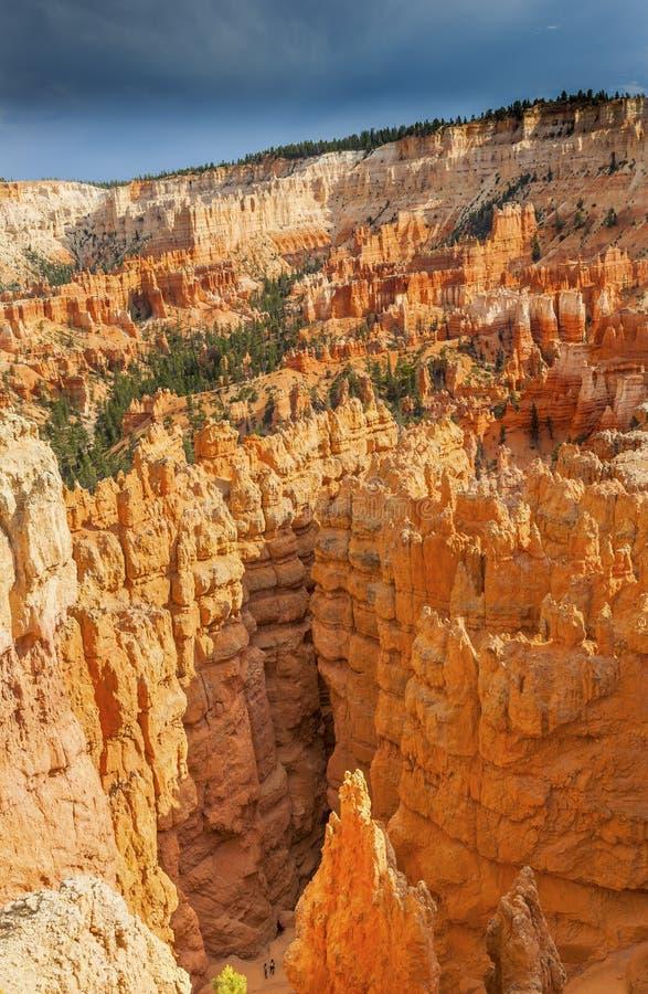 Wycieczkowicze Chodzi Wśród Hoodoos Bryka jaru parka narodowego Utah fotografia royalty free