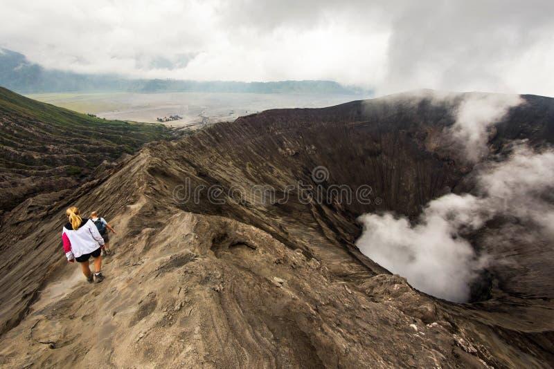 Wycieczkowicze Chodzi Wokoło góry Bromo w Jawa, Indonezja zdjęcia royalty free