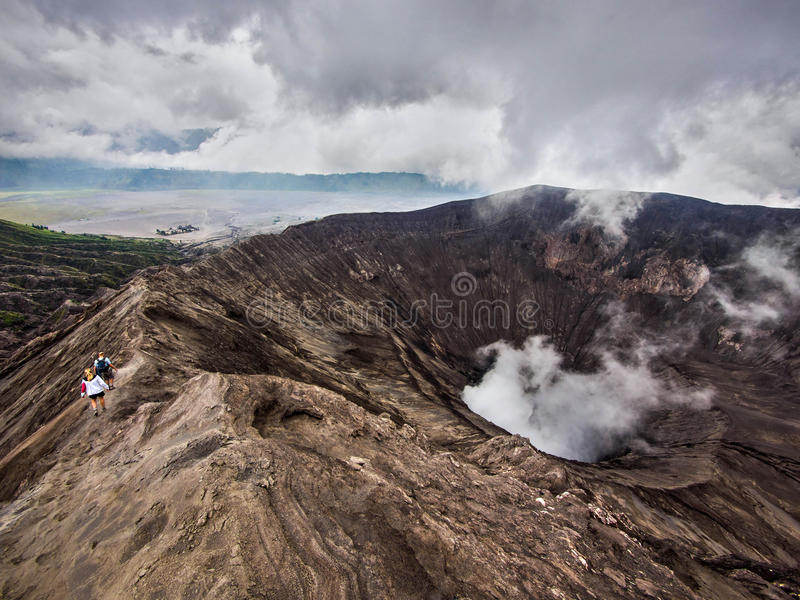 Wycieczkowicze Chodzi Wokoło obręcza Gunung Bromo wulkan, Jawa, Indonezja fotografia royalty free
