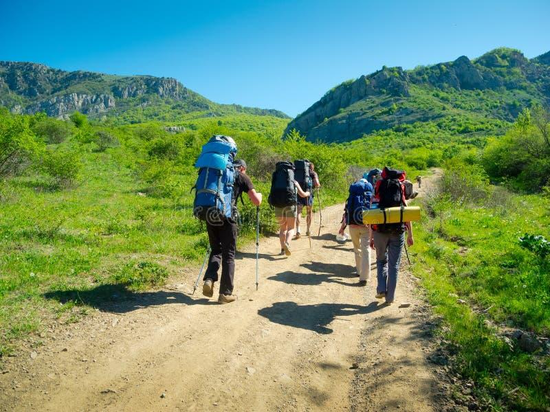 Wycieczkowicze grupują trekking w Crimea obrazy stock