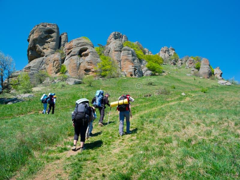 Wycieczkowicze grupują trekking w Crimea zdjęcie stock