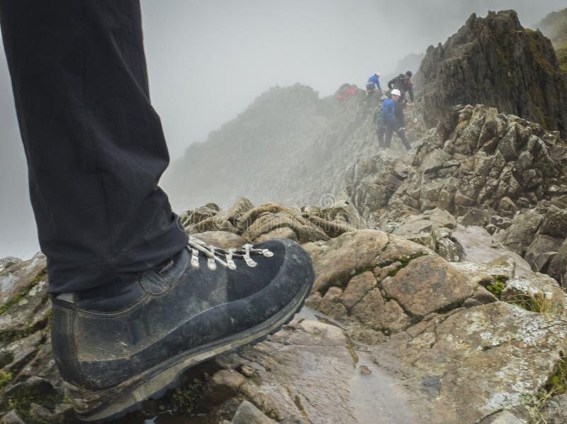 Wycieczkowicze Inicjują na grani linii ściąga Goch, Snowdonia park narodowy fotografia stock