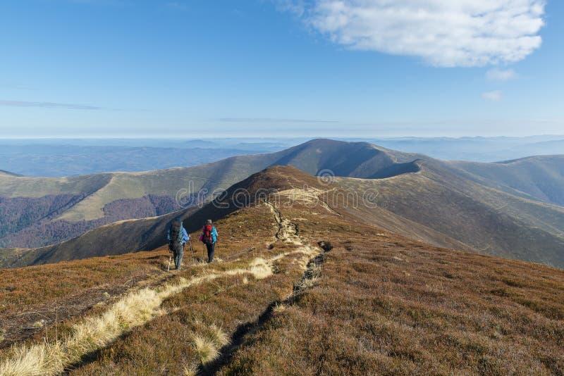 Wycieczkowicze na śladzie wysokim w górach w jesieni obraz royalty free