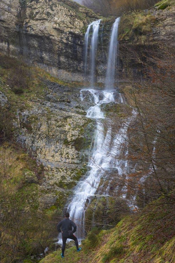Wycieczkowicze obserwuje siklawę w Urbasa Andia Naturalnym parku obraz stock