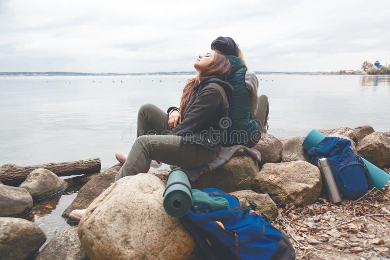 Wycieczkowicze odpoczynek w obozie blisko lasowego jeziora obrazy royalty free