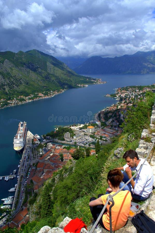 Wycieczkowicze relaksuje nad malownicza Kotor zatoka fotografia royalty free