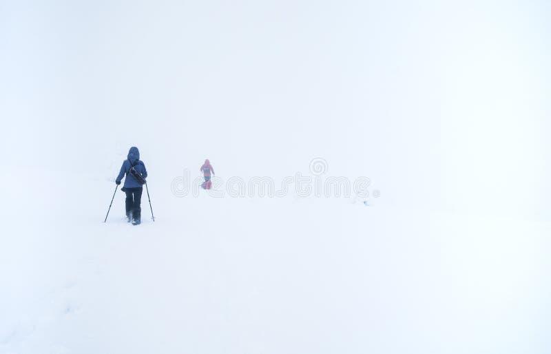 Wycieczkowicze w zamarzniętym krajobrazie Fiński Lapland fotografia stock