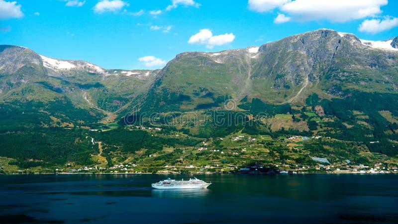 Wycieczkowy łódkowaty pływać statkiem przez Norweskiego fjord fotografia royalty free