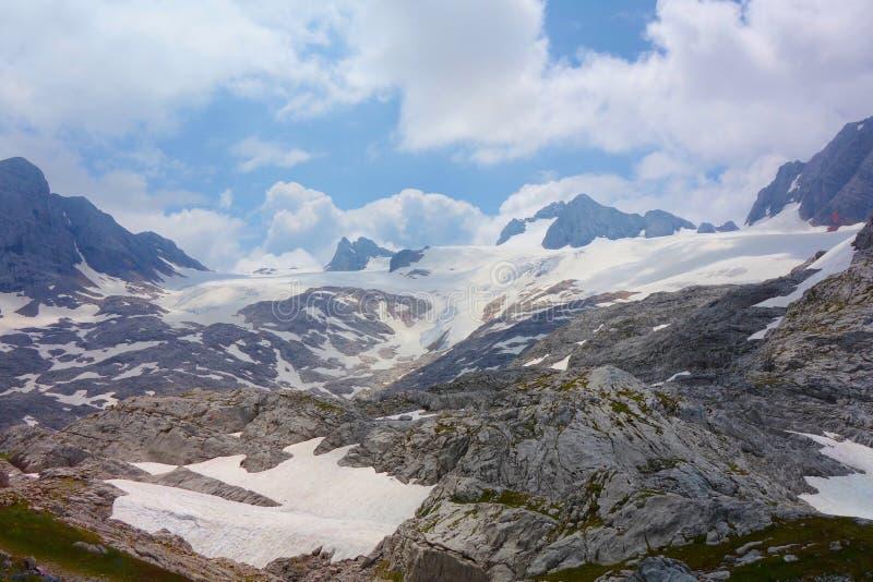 Wycieczkujący ślad prowadzi Dachstein lodowiec i Simonyhutte lokalizować pod Hoher Gjaidstein w Austriackich Alps podczas lata, S zdjęcie stock