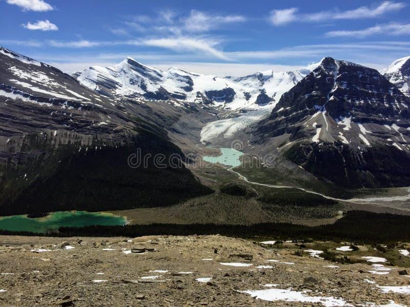 Wycieczkujący góra lodowa jeziornego ślad wokoło góry Robson lodowa w Briti, zdjęcie stock