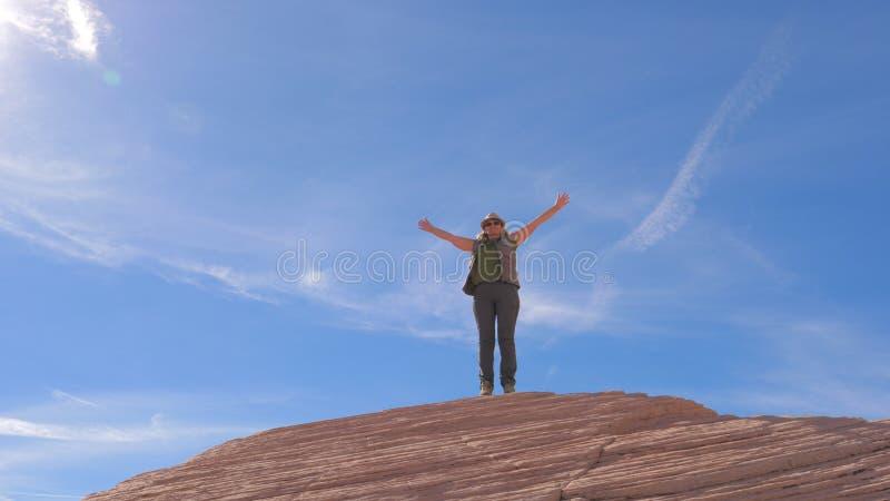 Wycieczkujący kobiety Szczęśliwej osiągnięcie ręki Up Podnosić niebo I Wirujący Wokoło fotografia royalty free