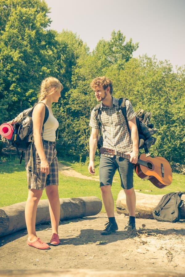 Wycieczkujący potomstwo pary z gitara plecakiem plenerowym obraz royalty free