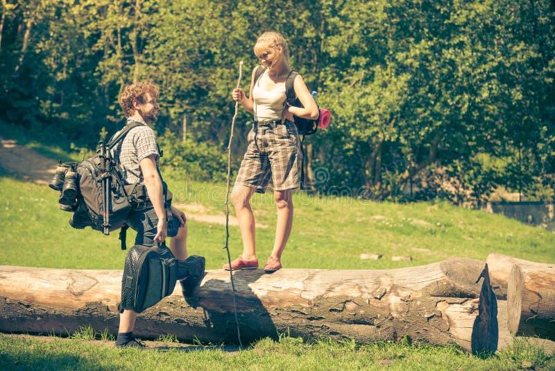 Wycieczkujący potomstwo pary z gitara plecakiem plenerowym zdjęcia stock