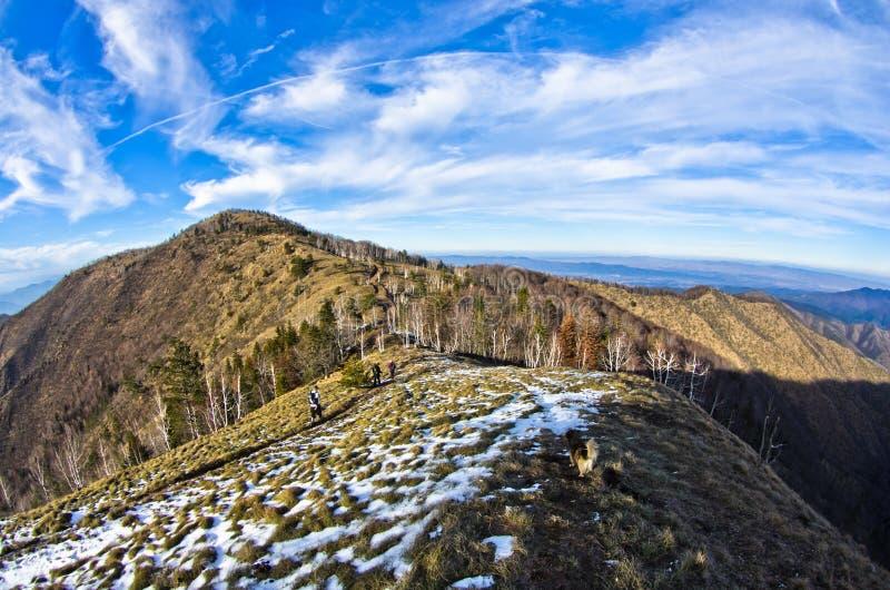 Wycieczkujący przez góra krajobrazu w wczesnej wiośnie, góra Stolovi obrazy stock