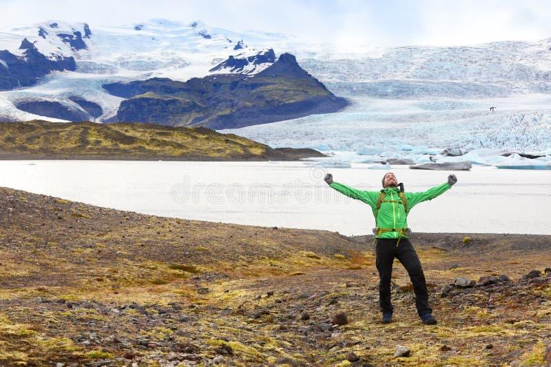 Wycieczkujący przygody podróży mężczyzna rozwesela szczęśliwy Iceland obrazy royalty free