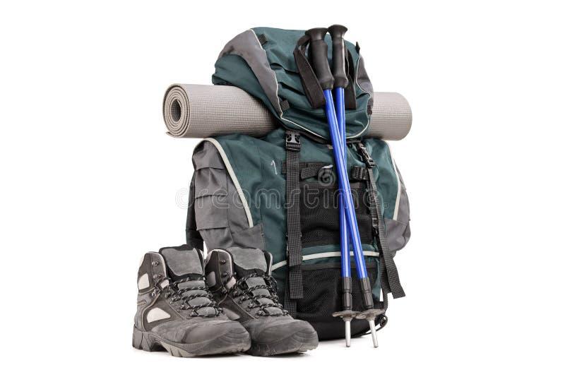 Wycieczkujący wyposażenie, plecak, buty słupy i wśliznąć ochraniacz, obrazy stock