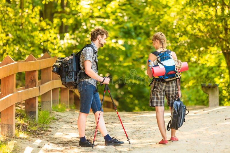Wycieczkuj?cy potomstwo pary z gitara plecakiem plenerowym zdjęcie stock