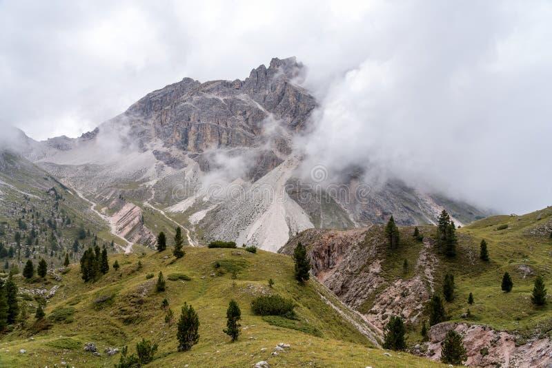 Wycieczkuje ślad na Col hodowca plateau nad wioska St Cristina, Włochy obraz royalty free