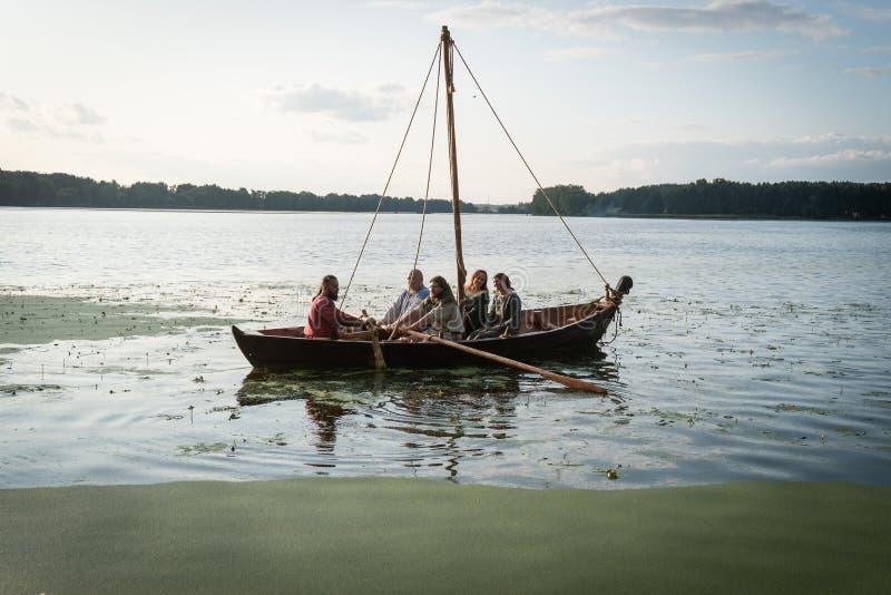 Wycieczkuje na wioślarskiej łodzi na jeziorze i żeglowaniu obrazy royalty free