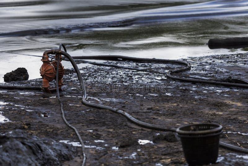 Wyciek ropy na plaży obraz stock