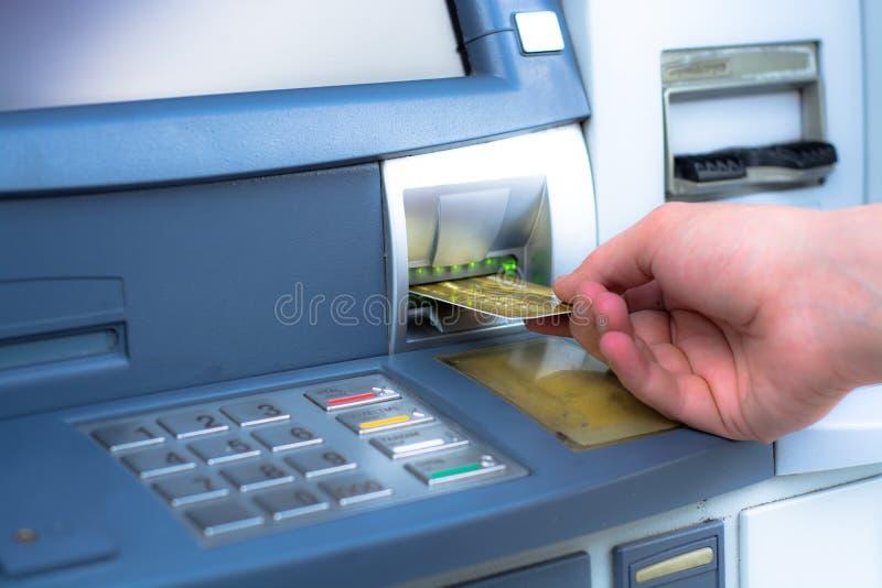 Wycofuje pieniądze od ATM zdjęcia stock