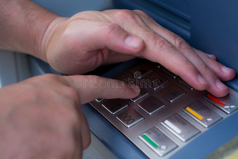 Wycofuje pieniądze od ATM obraz royalty free